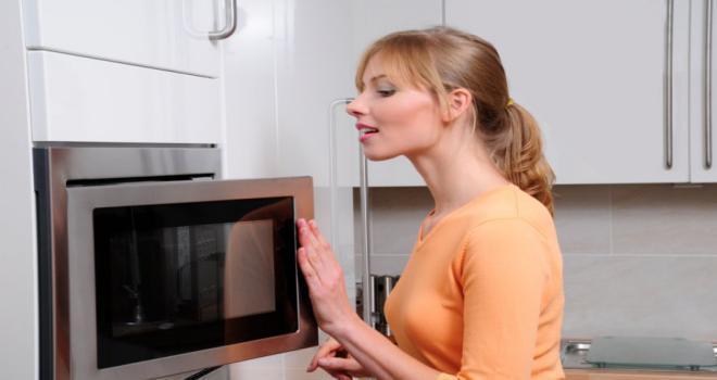 """Achou que o seu micro-ondas serviria apenas para aquecer as suas refeições, descongelar alimentos ou cozinhar pratos deliciosos? Na verdade, ele é capaz de fazer muito mais do que isso, sendo útil em diversas ocasiões. Quer ver só? Então confira abaixo 6 usos diferentes que pode dar ao seu micro-ondas! Desinfetante de esponja de cozinha Todo mundo já deve ter ouvido falar que é muito importante trocar a esponja de cozinha constantemente, já que ela guarda em si germes e bactérias após muito uso. Mas, de agora em diante, você pode aumentar a vida útil da sua companheira de lava louças usando um aparelho aí da sua casa: o micro-ondas. Basta ensopar a esponja com água e suco de limão (ou vinagre) e levá-la ao micro-ondas por aproximadamente 2 minutos. Depois que passar o tempo, espere mais um pouco, pois vai estar bem quente. Prontinho, a sua esponja de cozinha está novíssima! Desinfetante de tábua de cortar É muito comum que as tábuas de madeiras e plástico fiquem com aquelas """"estrias"""" de cortes por conta do uso da faca. Essas aberturas acabam juntando restos de comidas, bactérias e demais micro-organismos que podem contaminar os próximos alimentos a serem cortados na tábua. Resumindo, você também pode usar o micro-ondas para desinfetar a sua tábua de cortar, basta esfregar meio limão por cima dela e leva-la ao micro-ondas por 2 minutos. Descascar alho Essa é muito simples, você consegue descascar os dentes de alhos muito mais facilmente. Você só precisa cortar os talinhos que predem os alhos juntos e coloca-los na borda do prato giratório do micro-ondas. Agora é só ligar por 10 segundos e pronto! Quando você abrir e tentar descascas, eles vão sair rapidinho. Fazer batatas cozidas Ama batatas cozidas, seja para um purê ou qualquer outro prato? Então você sabe o trabalho e o tempo que dá para cozinha-las no fogo, não é? Bom, isso tem uma solução, e ela está justamente no micro-ondas. Lave as batatas, faça alguns furos com o garfo e leve ao micro-ondas por cerca de dois"""